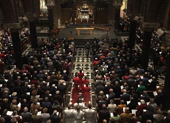 Volle kerk tijdens Missa in Mysterium